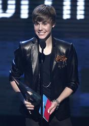 Justin Bieber recoge el premio a mejor artista del año en los AMA 2010