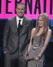 Mike Posner y Avril Lavigne en la gala de los AMA 2010