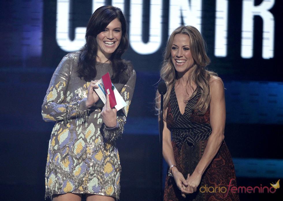 Mandy Moore y Sheryl Crow en la gala de los American Music Awards 2010