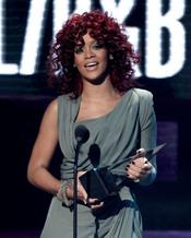 Rihanna posando con su premio en los American Music Awards 2010