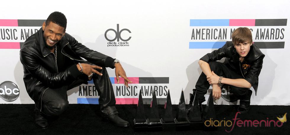 Usher con Justin Bieber en la gala de los American Music Awards 2010
