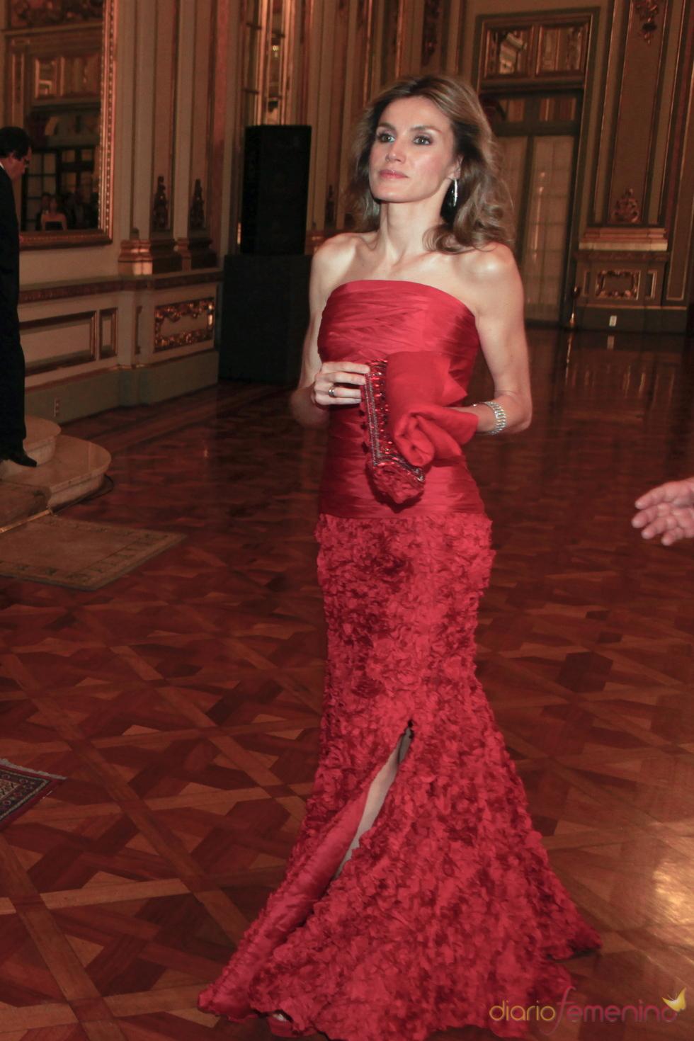 Letizia Ortiz deslumbra con su vestido rojo