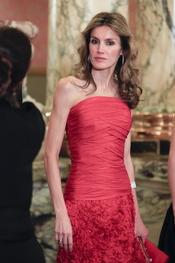 La Princesa de Asturias luce su vestido rojo en Perú