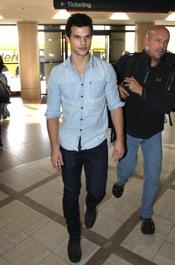 Taylor Lautner en el aeropuerto de Los Ángeles