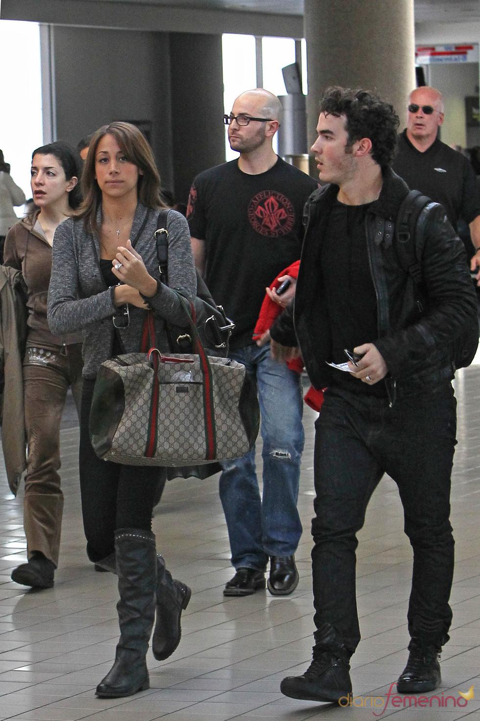 Kevin Jonas y su mujer en el aeropuerto de Los Ángeles