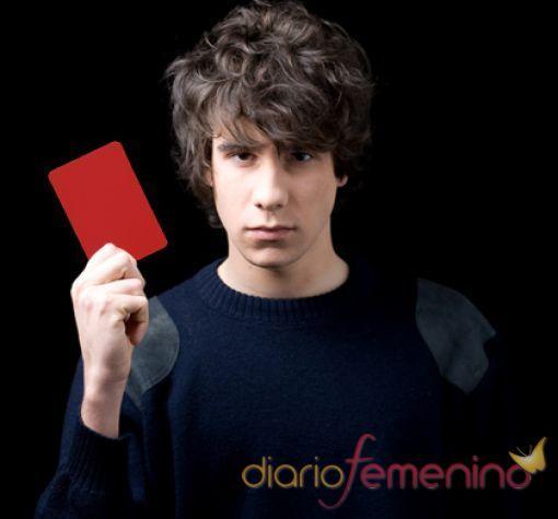 Javier Calvo saca tarjeta roja