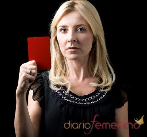 Cayetana Guillén Cuervo saca tarjeta roja