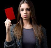 Elena Furiase saca tarjeta roja