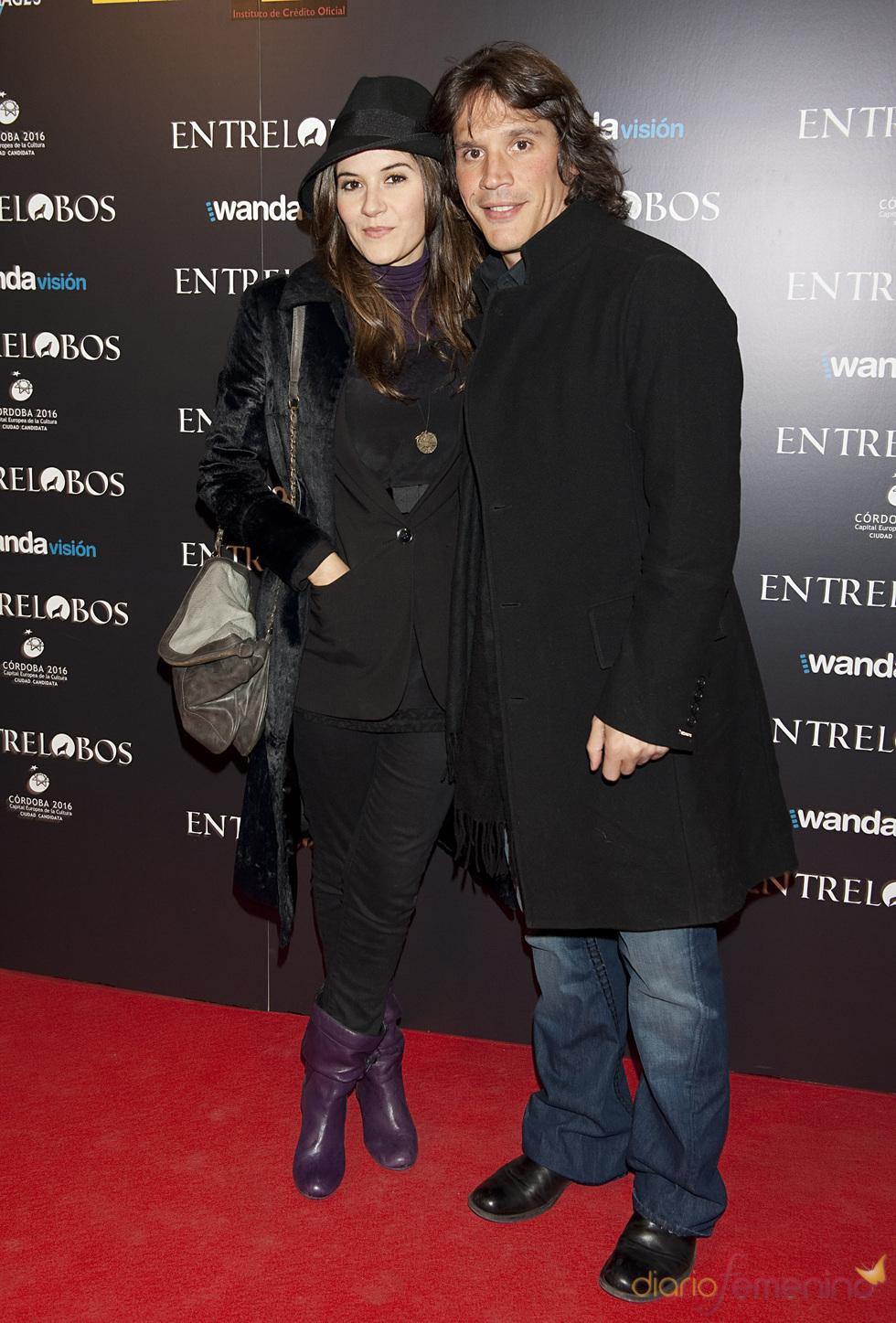 Sergio Peris Mencheta y su novia en el estreno de 'Entrelobos'