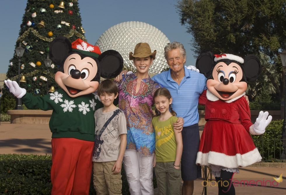 Michael Douglas celebra el Día de Acción de Gracias en Disneyworld con su familia