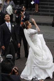 Angélica Rivera tira el ramo de flores en su boda