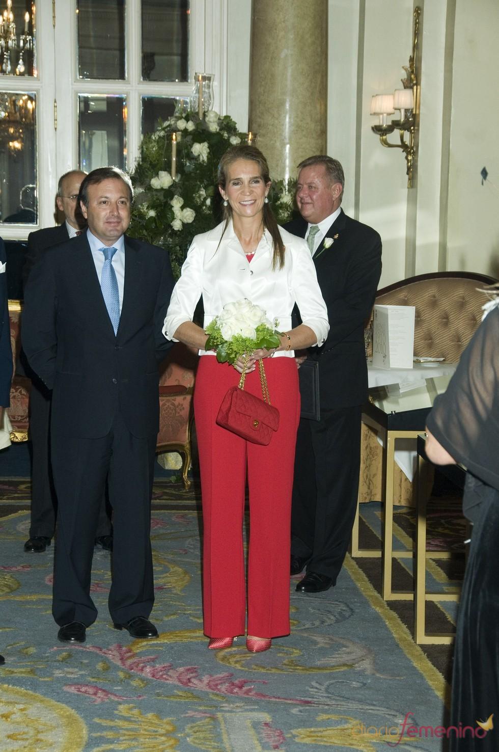 La Infanta Elena con un look blanco y rojo