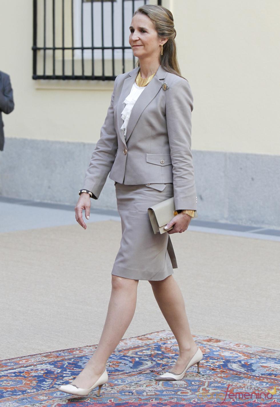 La Infanta Elena con traje de chaqueta gris