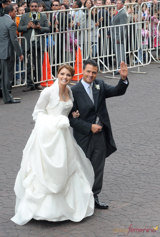 Angélica Rivera y Enrique Peña saludan al público en su boda