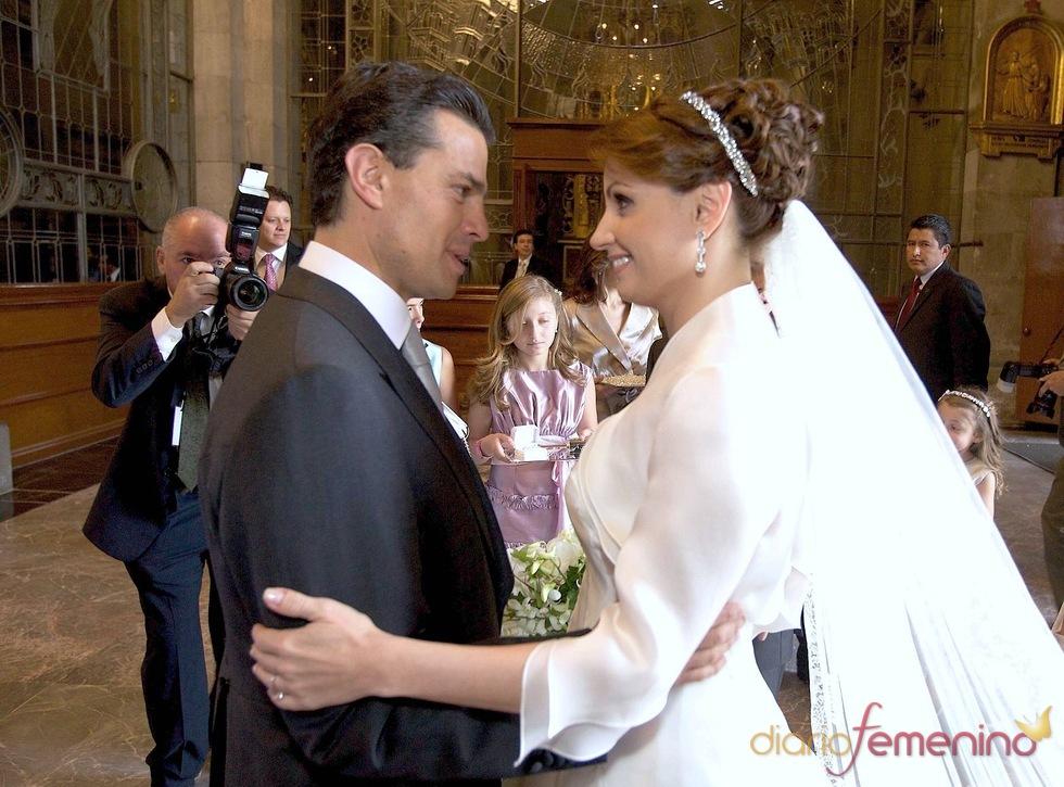 Angélica Rivera y Enrique Peña en la iglesia