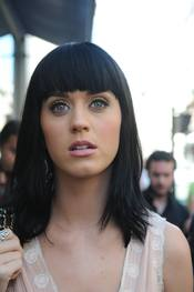 Katy Perry con flequillo recto