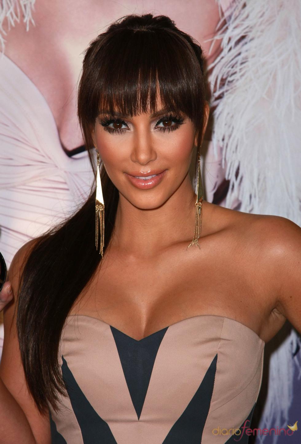 Kim Kardashian muy sexy con flequillo recto