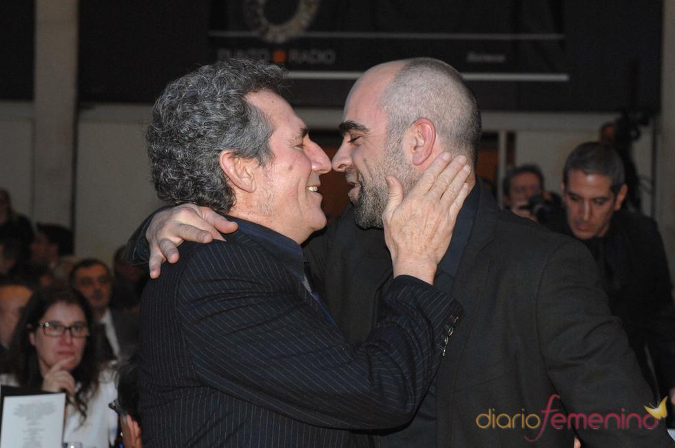 Miguel Ríos y Luis Tosar se saludan cariñosamente