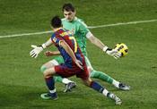 Iker Casillas intenta parar un gol de David Villa