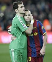 Iker Casillas y Andrés Iniesta en el clásico