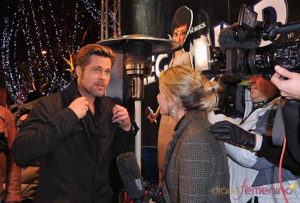 Brad Pitt con los medios en el estreno de 'Megamind' en París