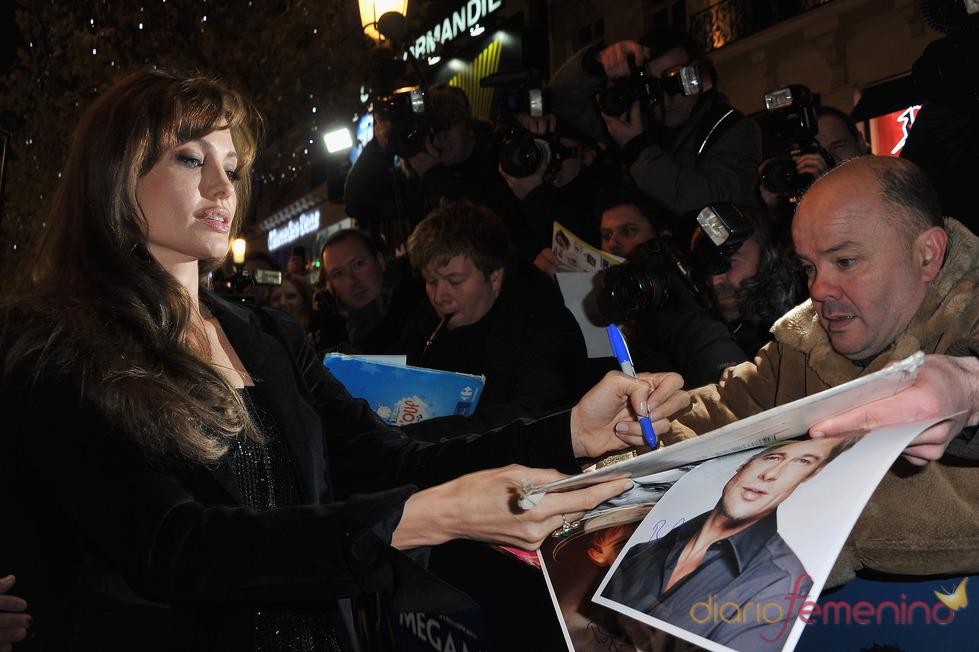 Angelina Jolie firma autógrafos en el estreno de 'Megamind'