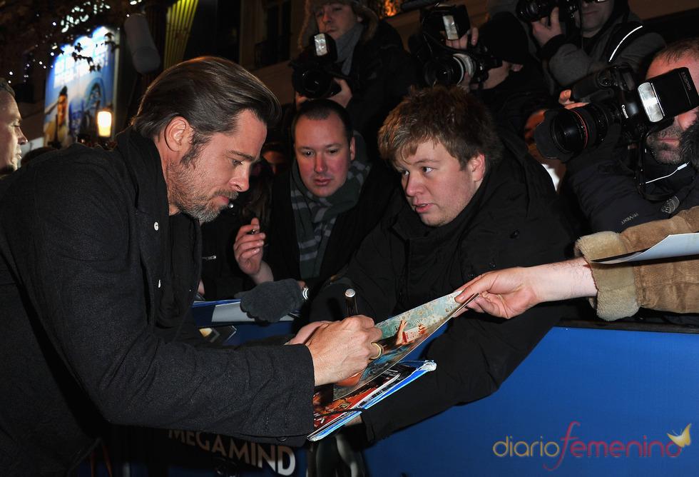 Brad Pitt firma autógrafos en el estreno de 'Megamind'