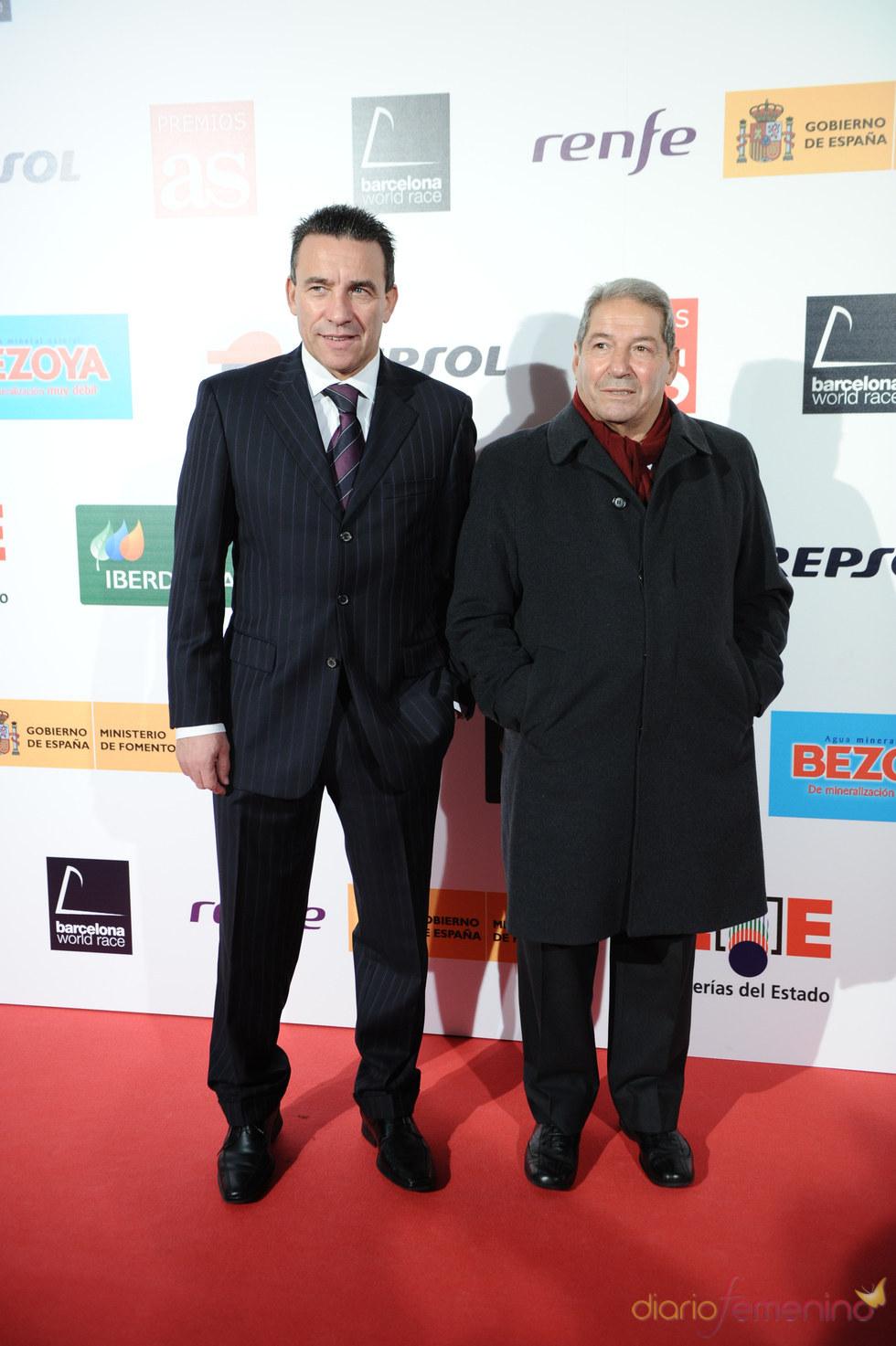 El ex-futbolista Paco Buyo y un acompañante durante los Premios As del Deporte 2010