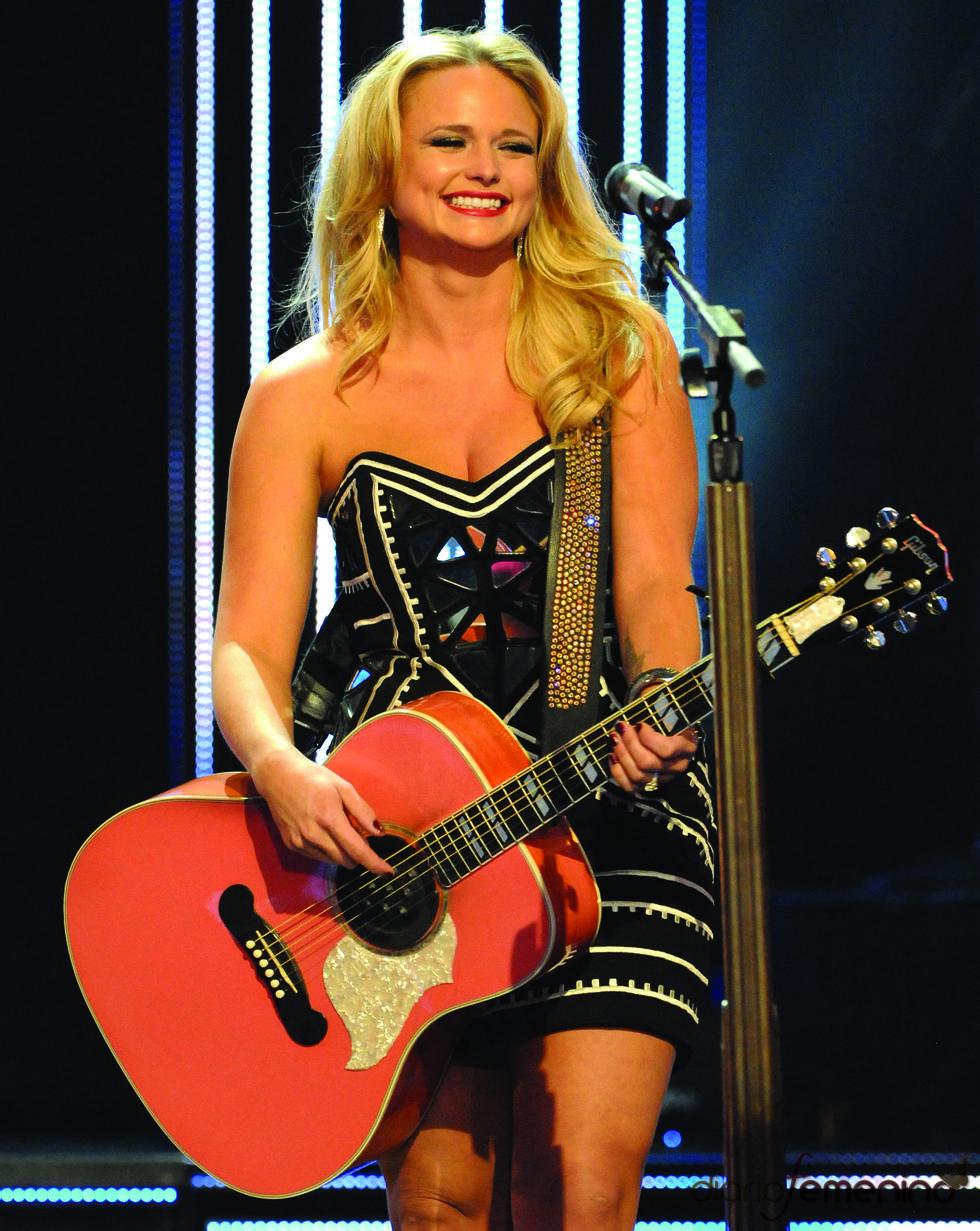 Miranda Lambert durante su actuación en las nominaciones a los Grammy 2011