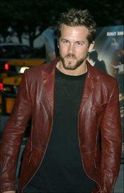 Ryan Reynolds con chaqueta de cuero