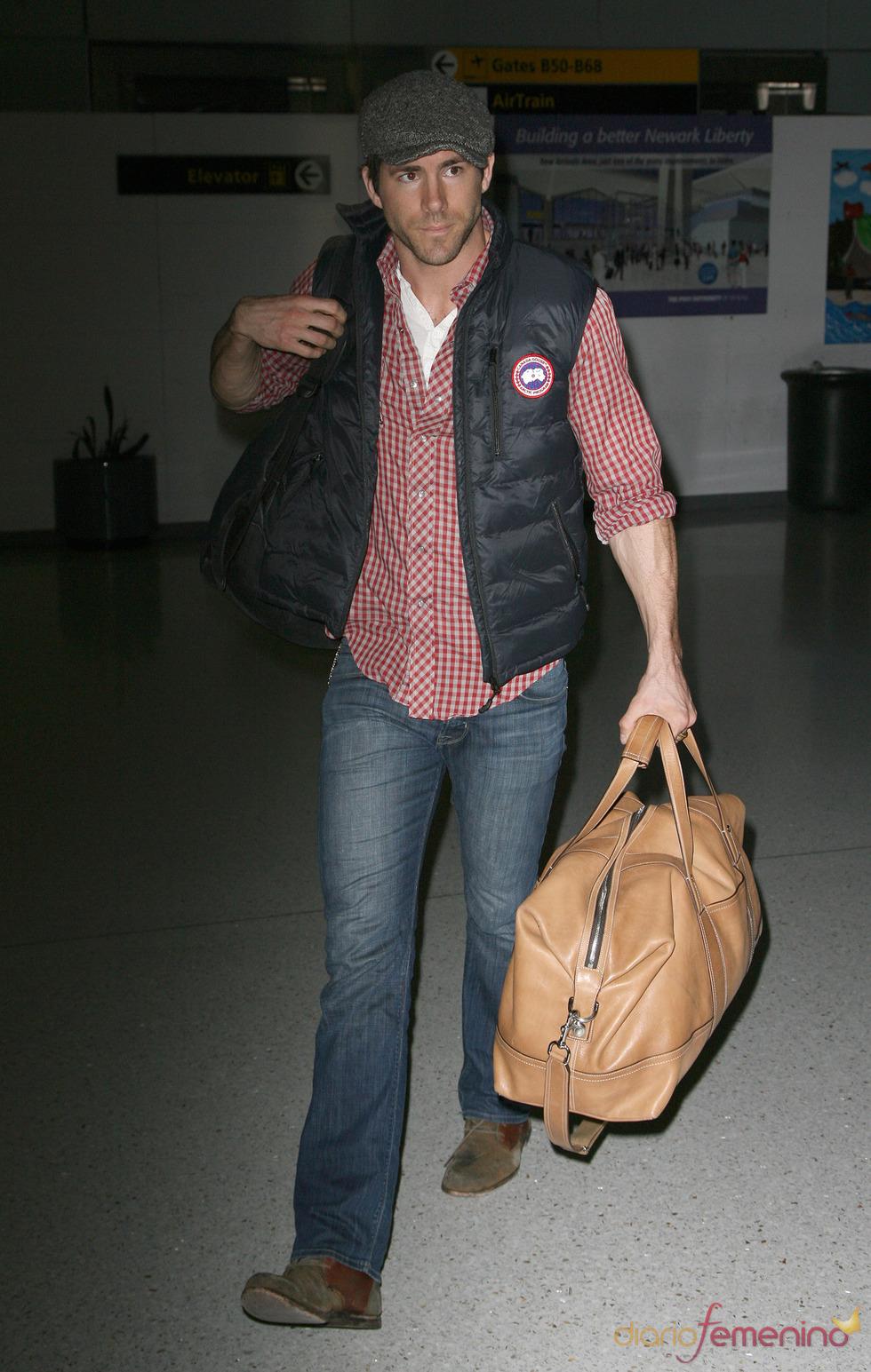 Ryan Reynolds con boina y camisa de cuadros