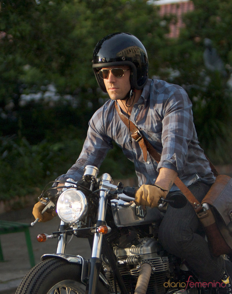 Ryan Reynolds montando en moto