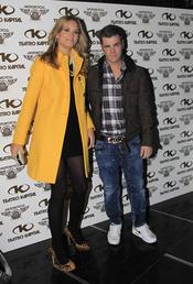 Fonsi Nieto y Alba Carrillo en el 32 cumpleaños del piloto