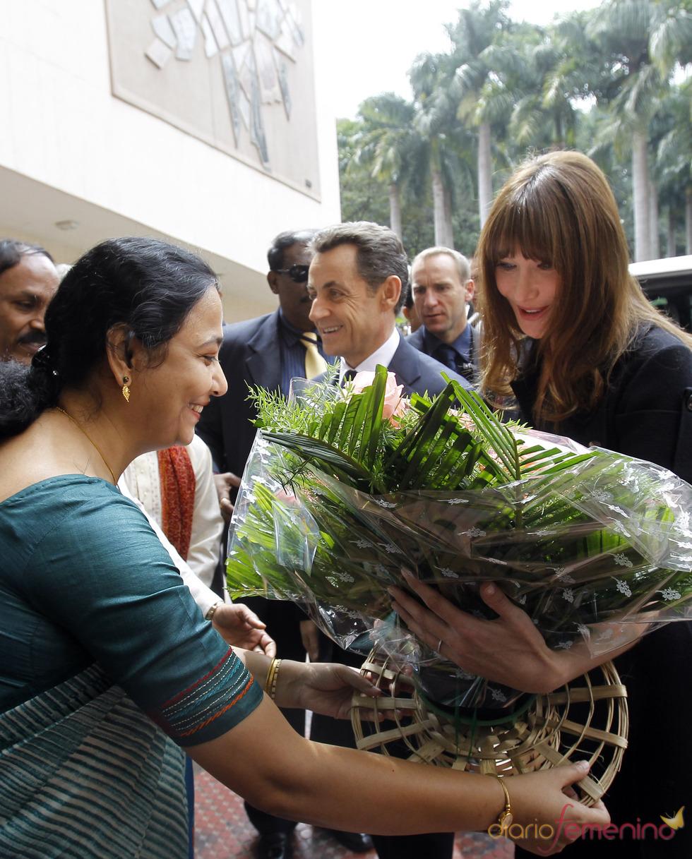 Carla Bruni recibe el cariño de la población india