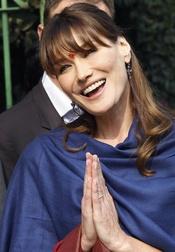 Carla Bruni adopta la vestimenta hindú