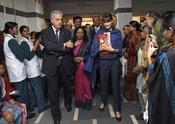 Carla Bruni visita un hospital hindú
