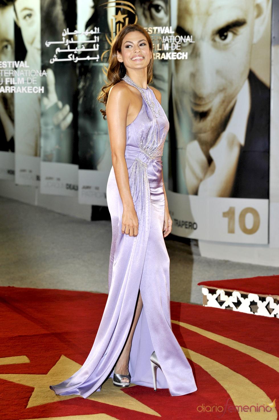 Eva Mendes derrocha elegancia con un vestido color lavanda