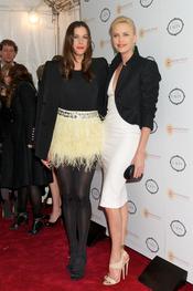 Liv Tyler y Charlize Theron juntas en una fiesta benéfica