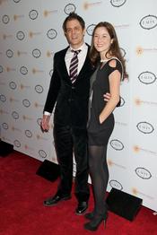 Johnny Knoxville y Naomi Nelson en la fiesta benéfica de Charlize Theron