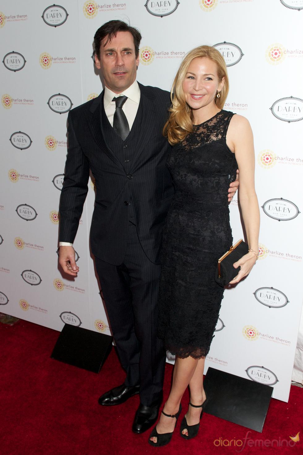 Jon Hamm y Jennifer Westfeldt acudieron a la fiesta benéfica de Charlize Theron