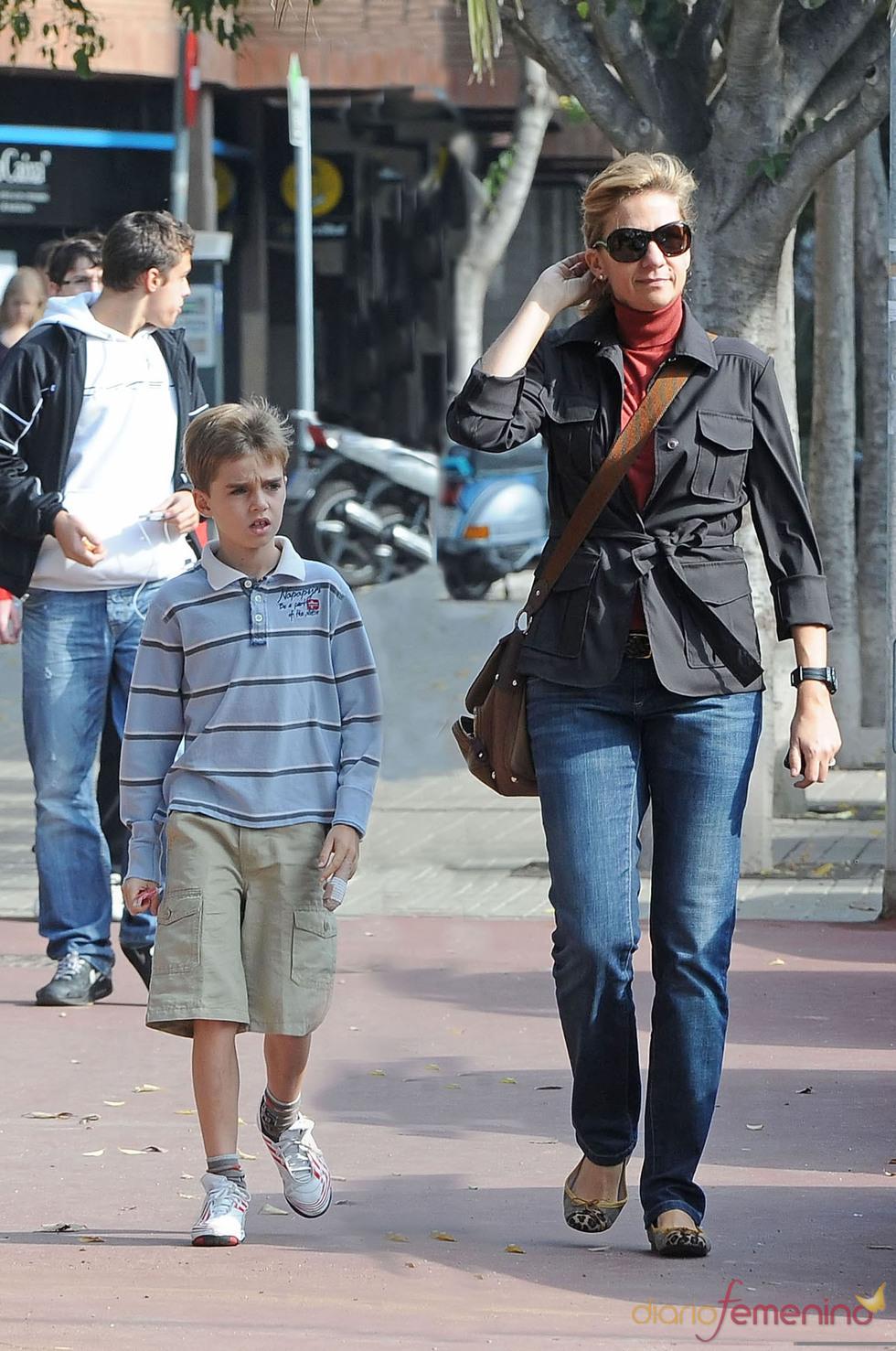 Pablo Urdangarín y la Infanta Cristina pasean por Barcelona