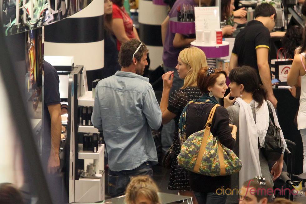 Patricia Conde y Carlos Seguí, de compras