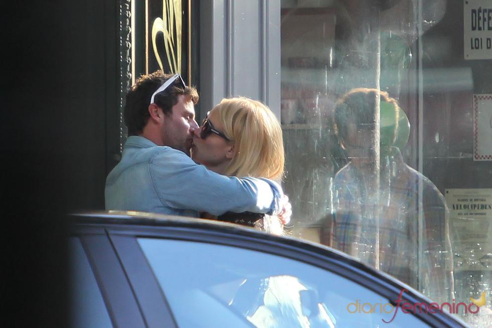Besos de Patricia Conde y Carlos Seguí