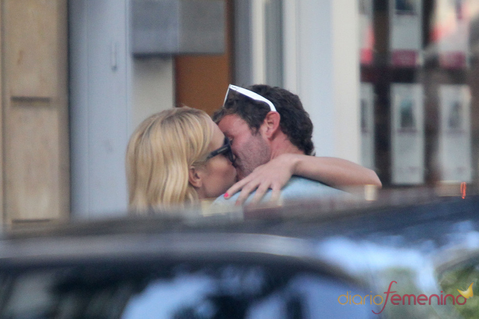 Romántico beso de Patricia Conde y Carlos Seguí en París