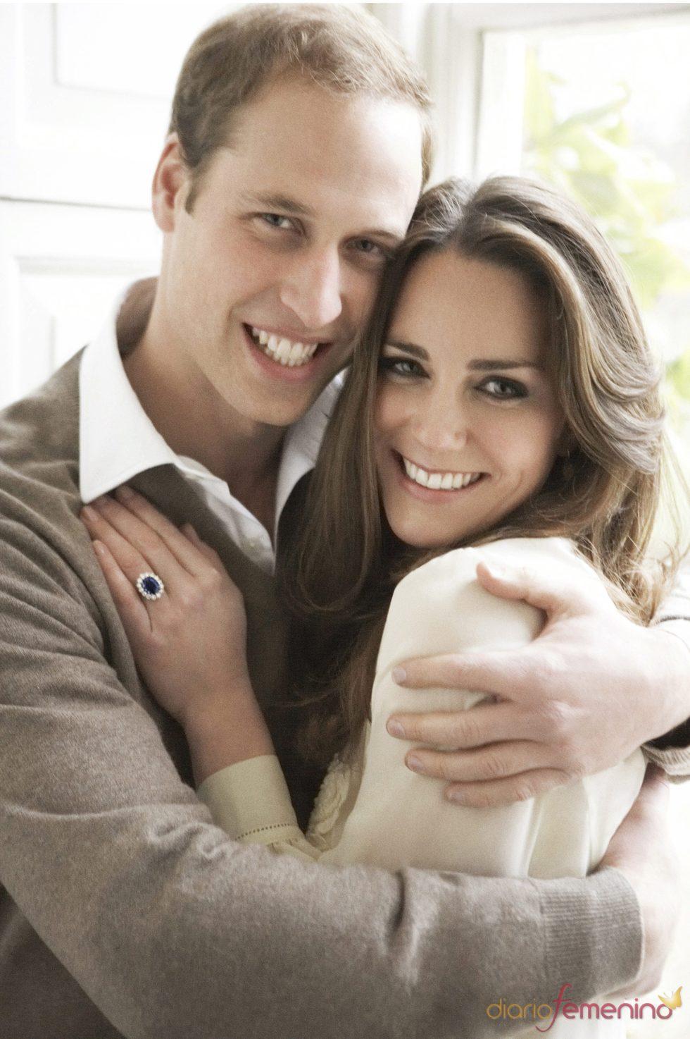 Kate Middleton y el Príncipe Guillermo abrazados en la foto oficial