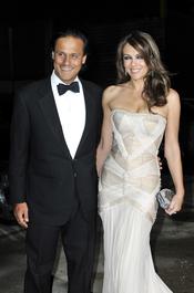 Liz Hurley y su marido Arun Nayar