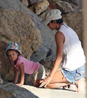 Halle Berry y Nahla Aubry juegan en las rocas