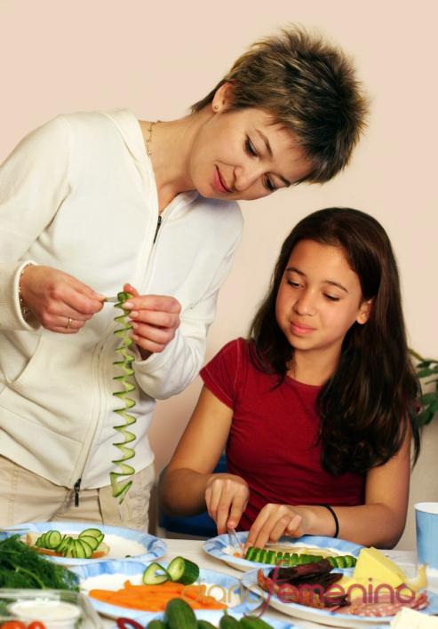 Madre e hija se divierten cocinando en Navidad