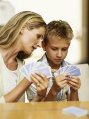 Una madre y su hijo adolescente se entretienen jugando a las cartas