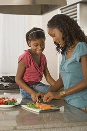 Una adolescente se divierte con su madre cocinando en Navidad